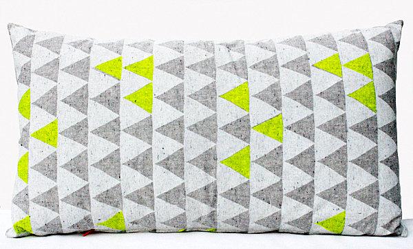 Подушка с неоновыми треугольниками
