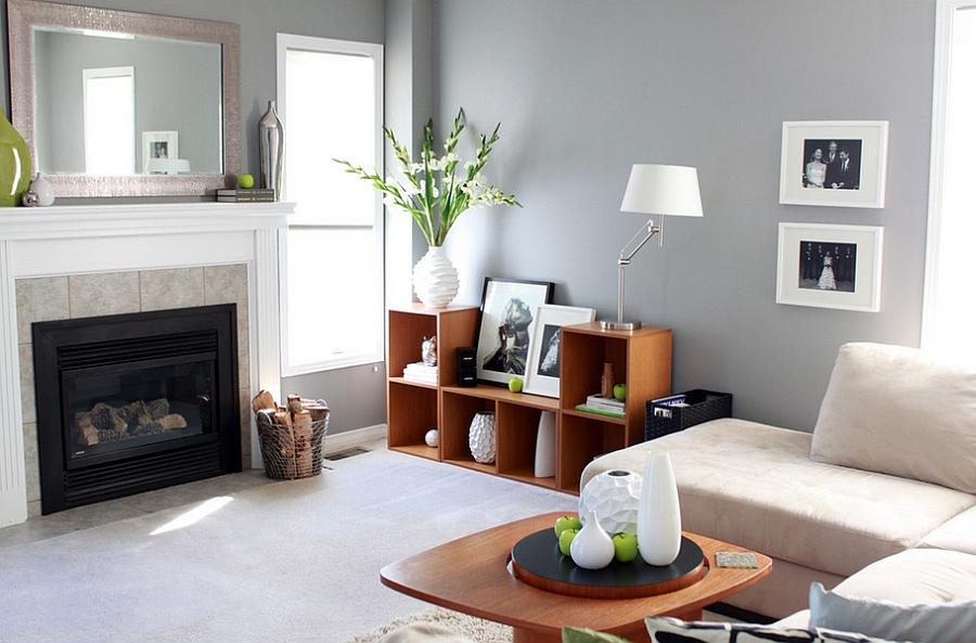Деревянная мебель в гостиной с камином
