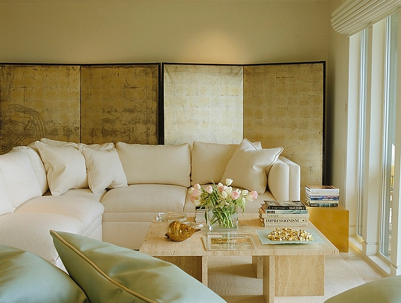 Белый цвет обивки углового дивана и подушек