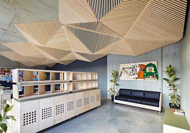 Бесподобное покрытие потолка деревянными рейками