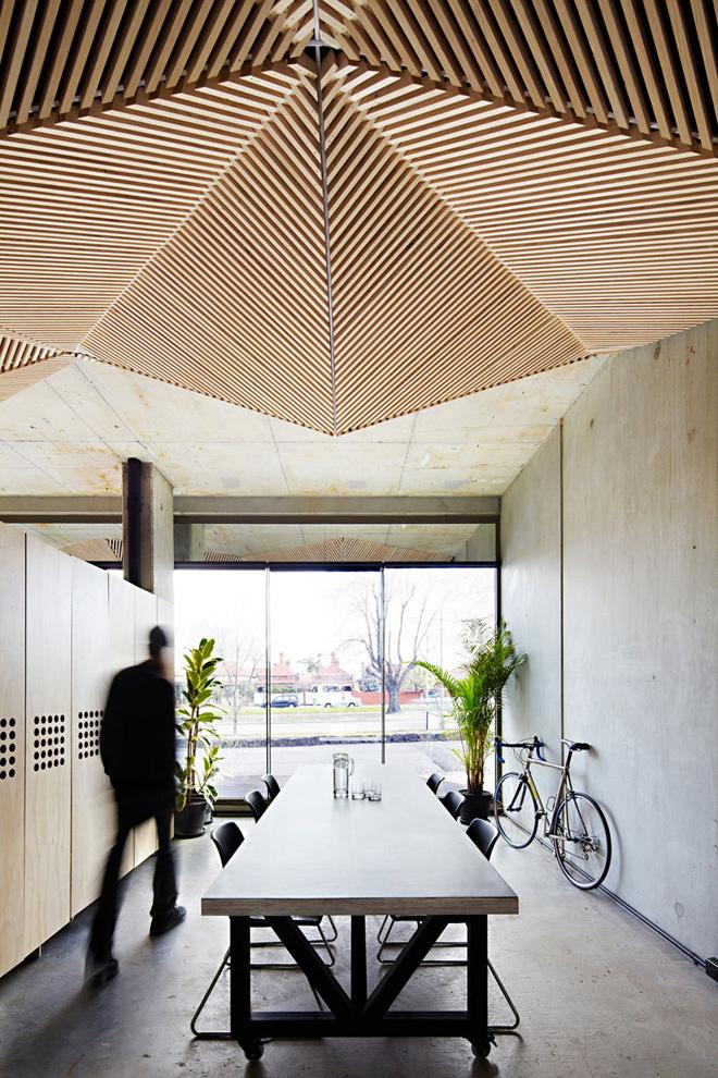 Замечательное покрытие потолка деревянными рейками