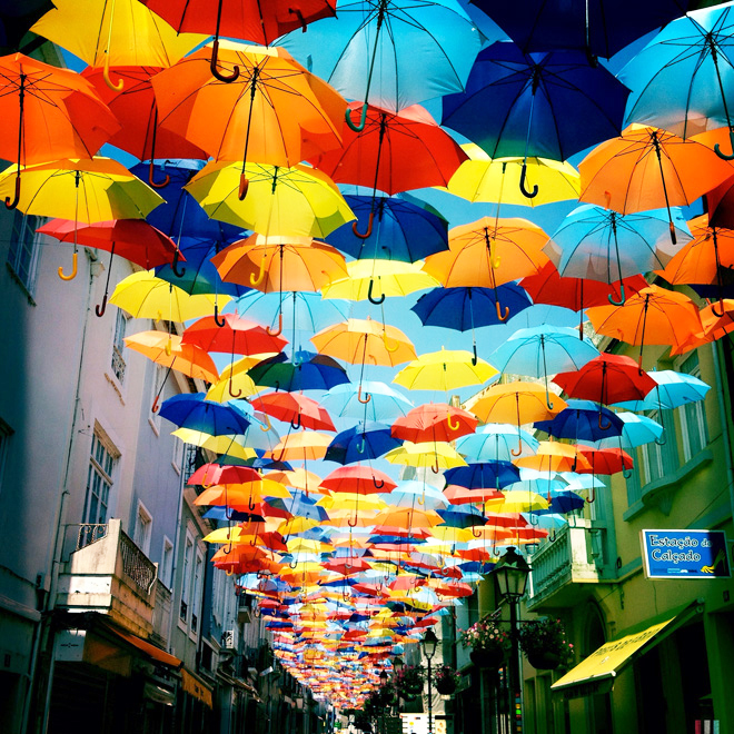 Плавающие зонтики на улицах Португалии