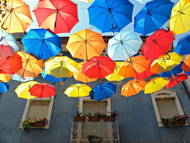 Красивые плавающие зонтики на улицах Португалии