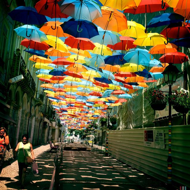 Чудесные плавающие зонтики на улицах Португалии