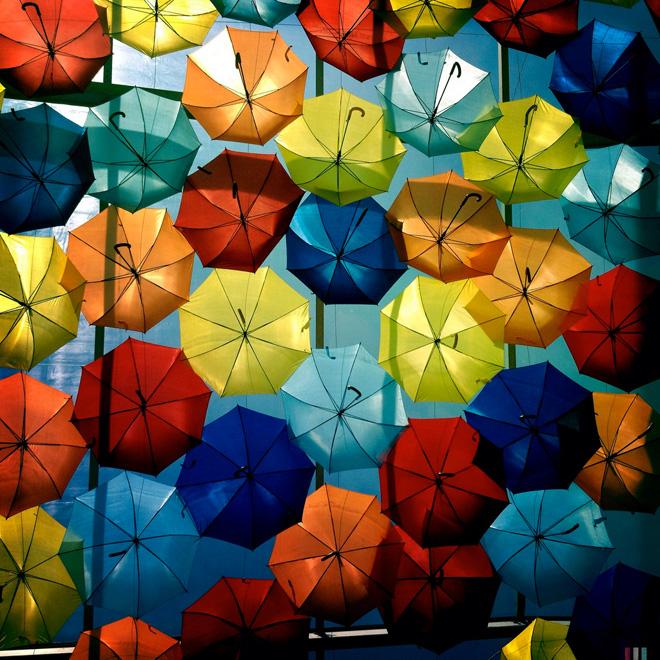 Восхитительные плавающие зонтики на улицах Португалии