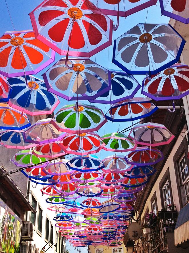 Прекрасные плавающие зонтики на улицах Португалии