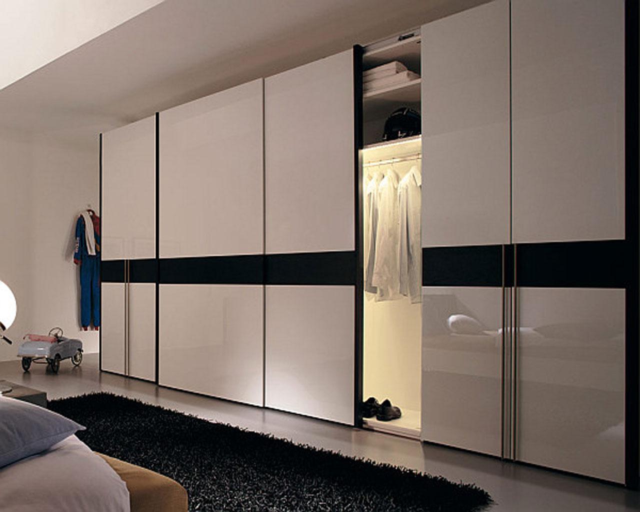 Черно-белый шкаф-купе в интерьере спальни