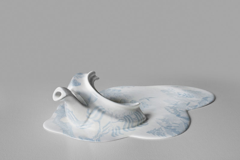 Голубая разбитая чашка
