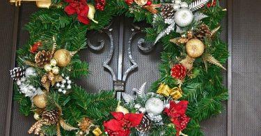Чтобы праздник зашёл в ваш дом, украсьте входную дверь на Новый год - яркий ориентир для Деда Мороза