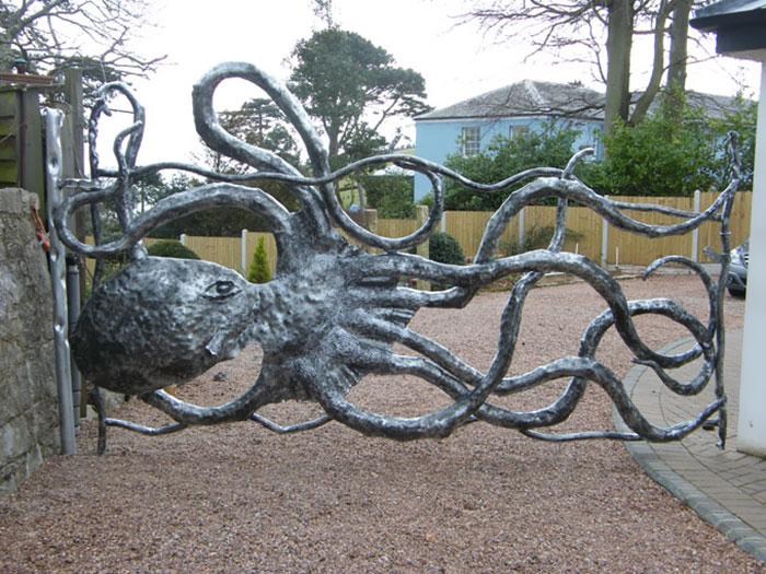 Забор в виде осьминога