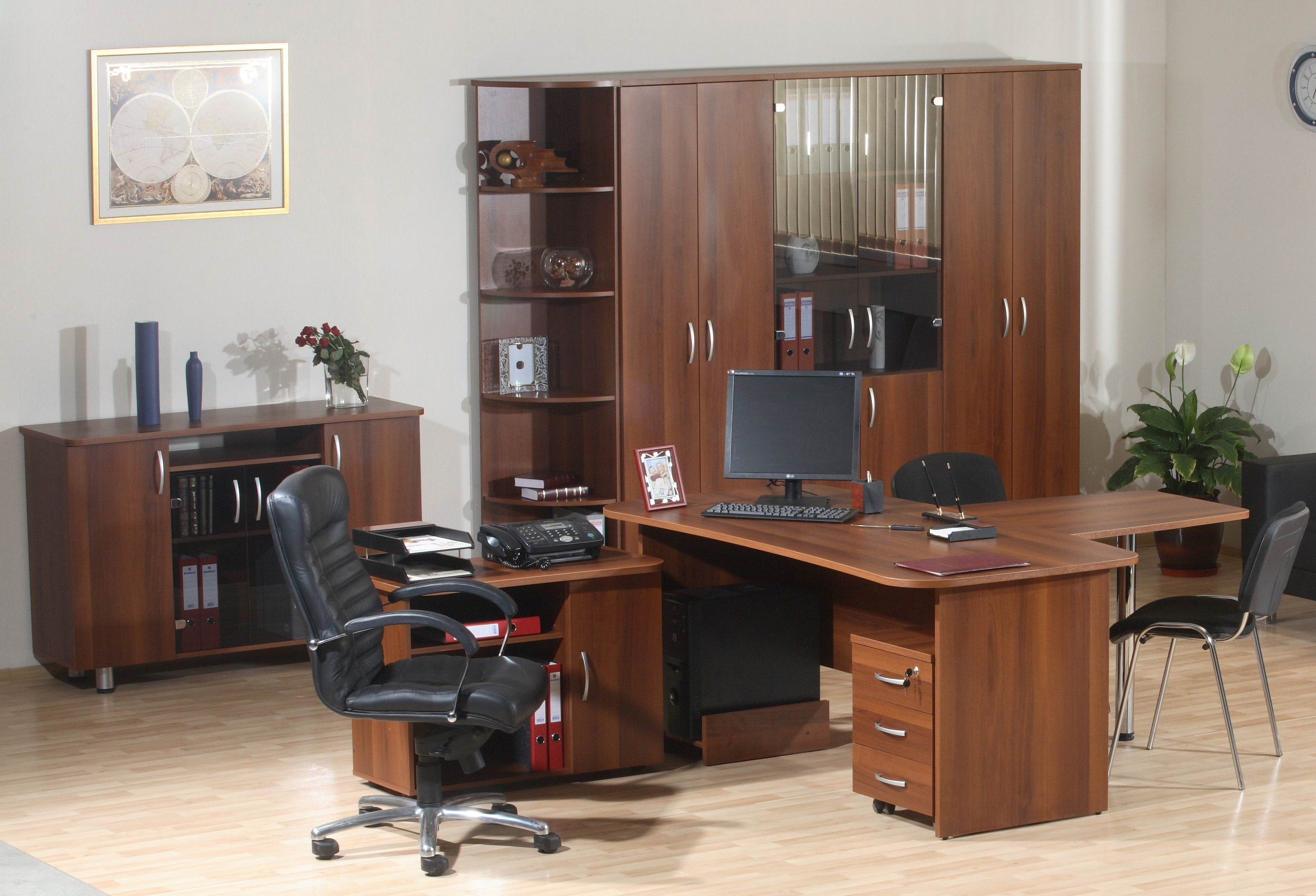 Яркая офисная мебель в интерьере