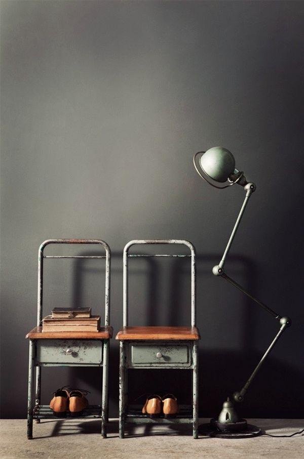 Стулья и светильник в индустриальном стиле