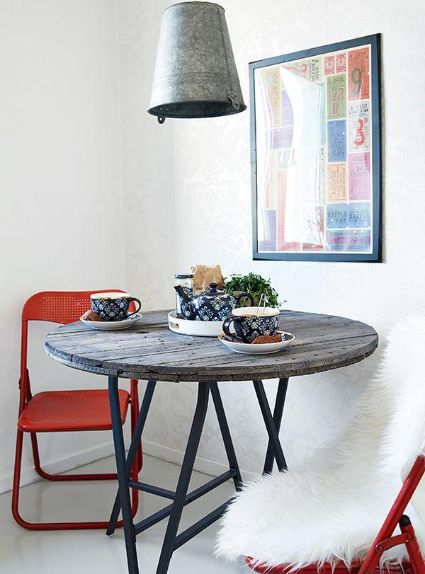Деревянный обеденный стол в интерьере