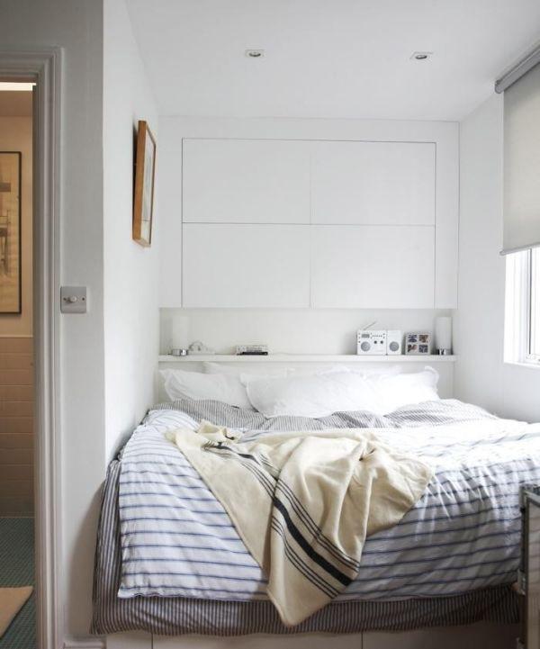 Встроенные полки в интерьере спальни