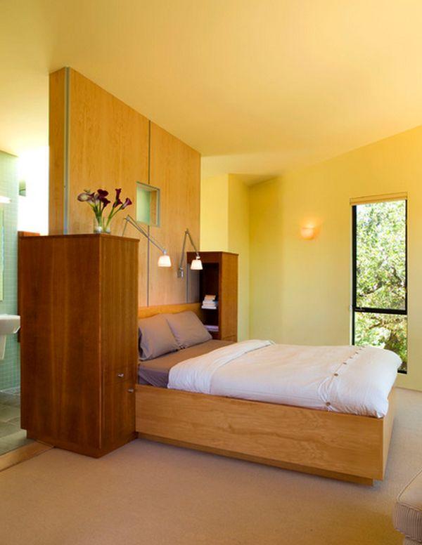 Деревянная стена над кроватью в спальной комнате