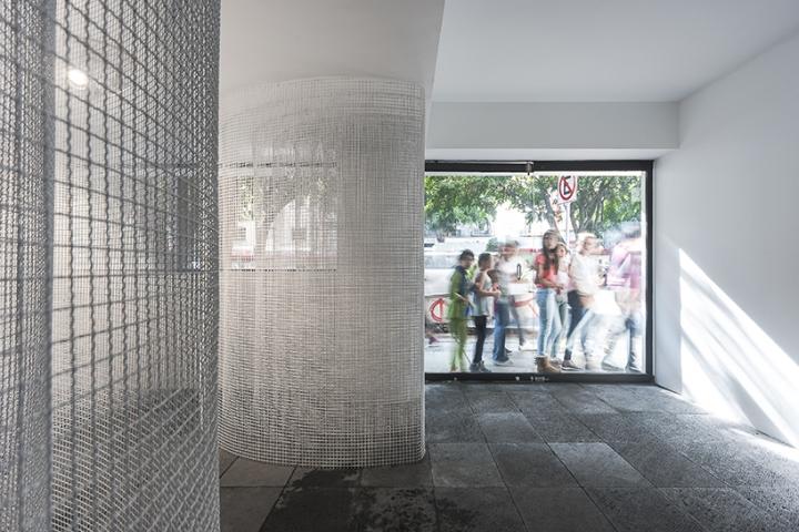 Оформление современной выставки A Column is a System