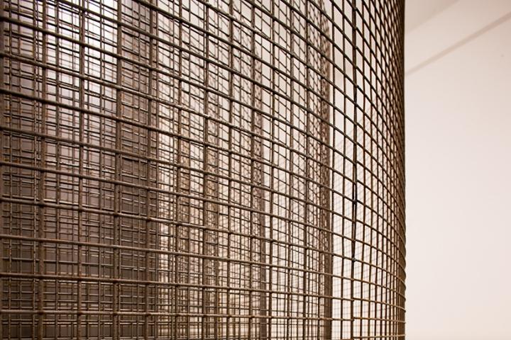 Оформление современной выставки: сетчатые колонны