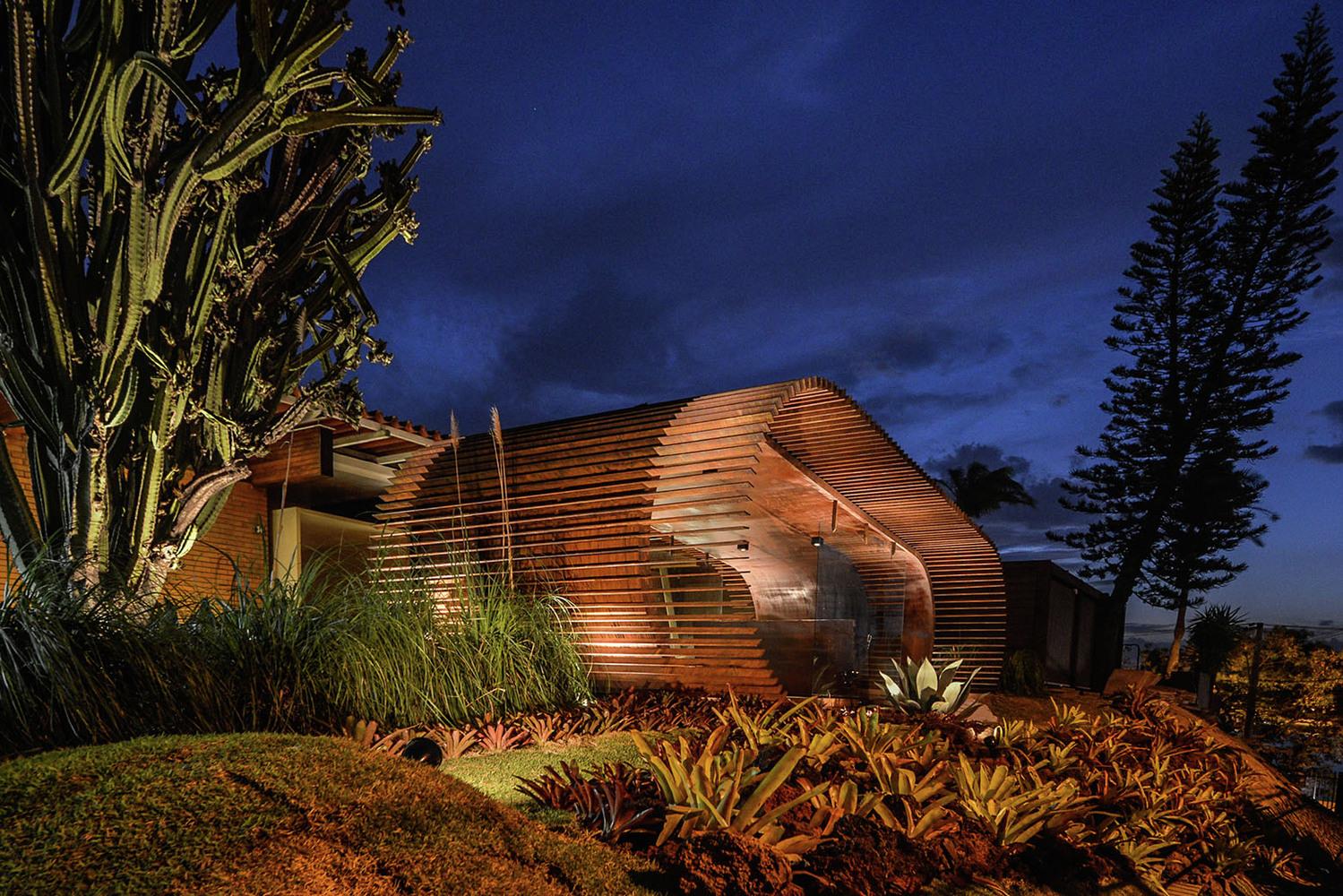 Оформление выставки: вид павильона ночью