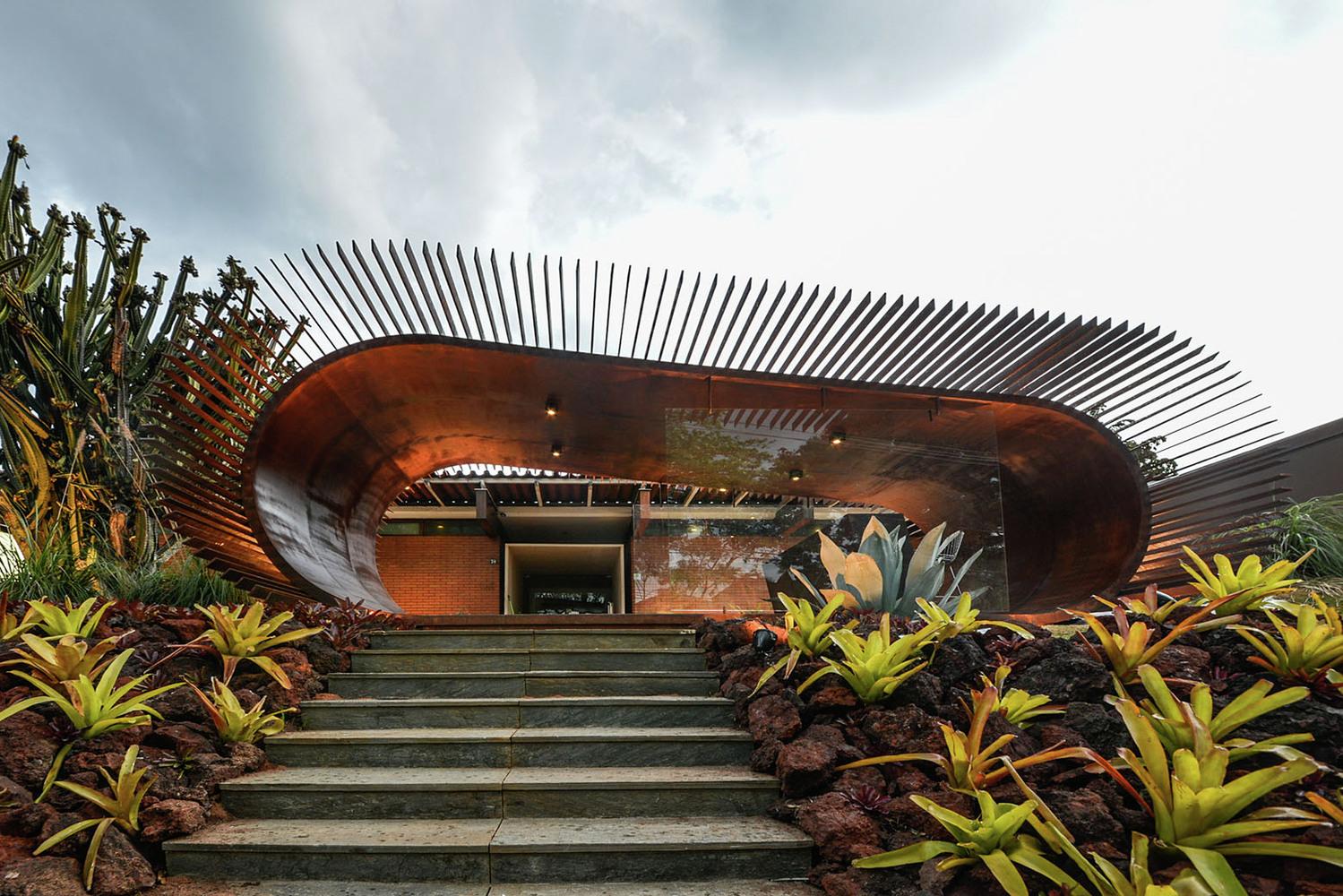 Оформление выставки: фасад павильона эллиптической формы