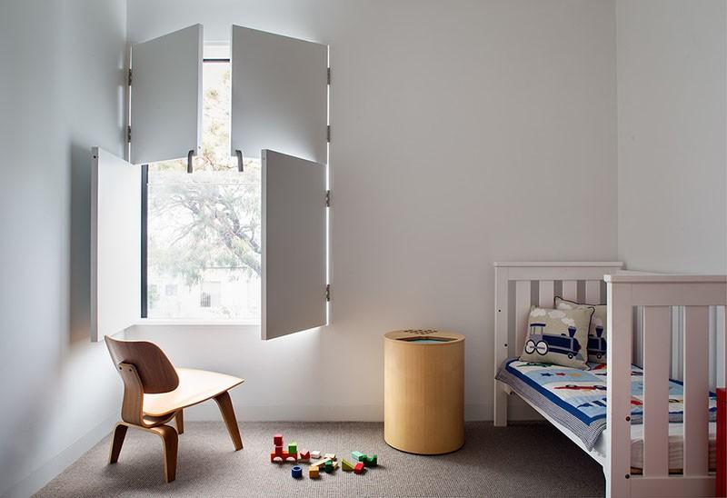 Окна со ставнями в детской