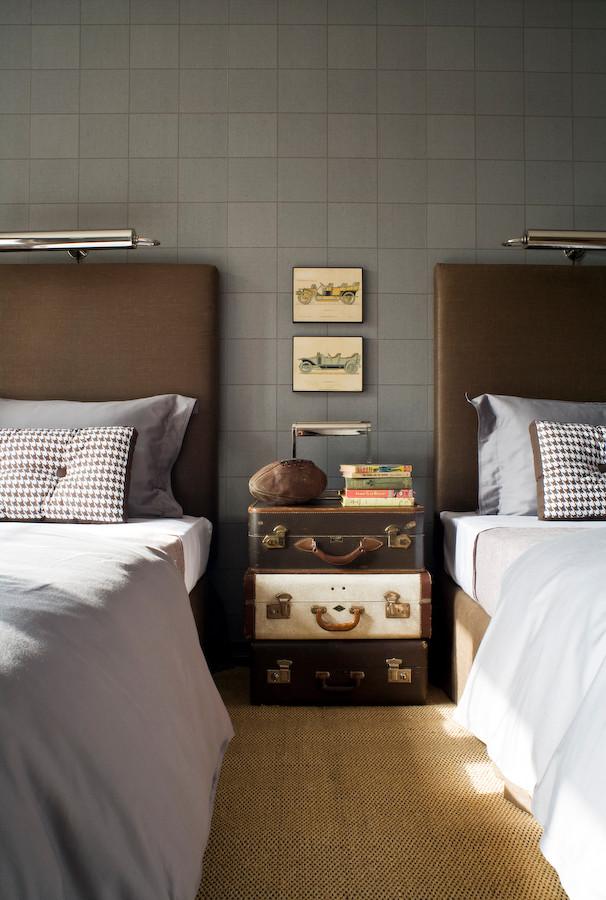 Старинные чемоданы в интерьере спальни