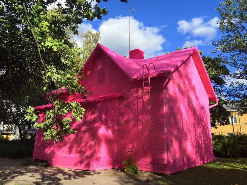 Розовый дом от художницы Олек: вязаная инсталляция в финском городе Керава