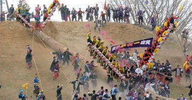 Древний японский фестиваль Омбасира: экстремальные ритуалы