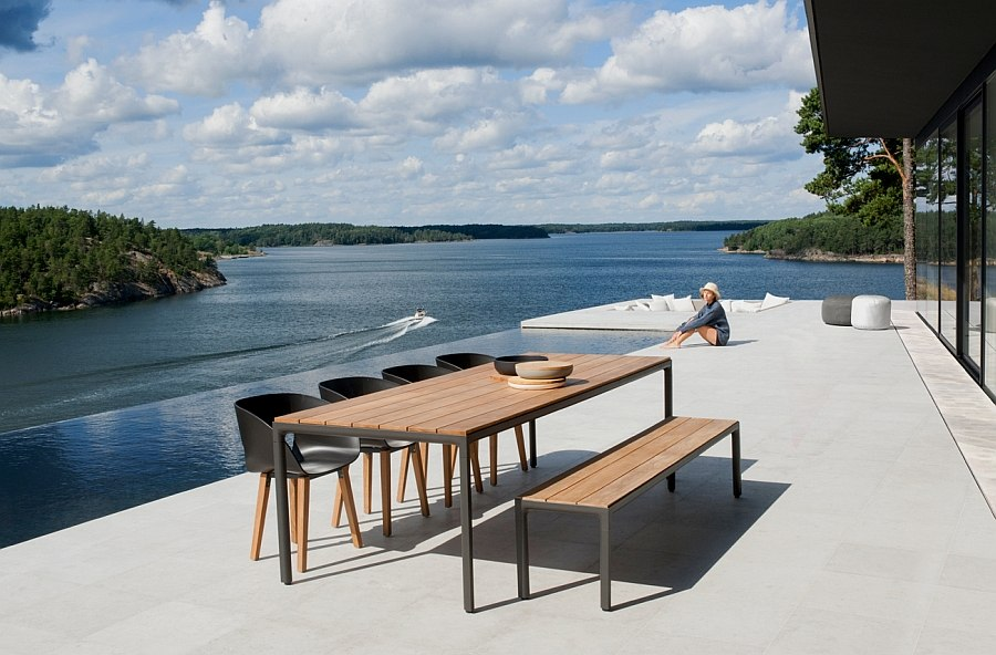 Обеденный стол на берегу озера