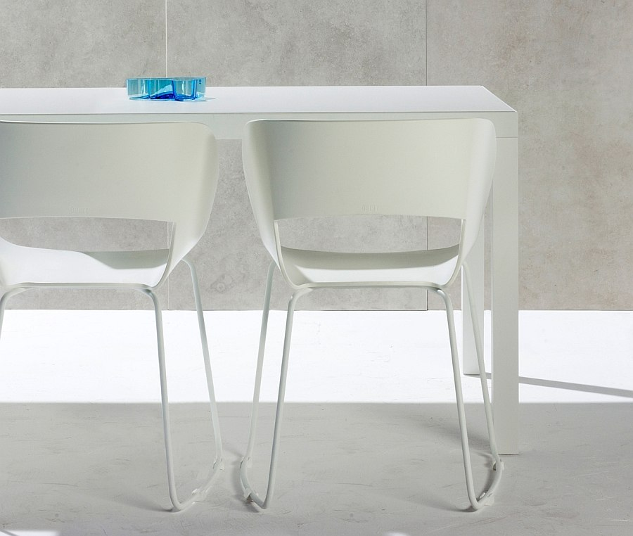 Красивый дизайн стульев в белом облике