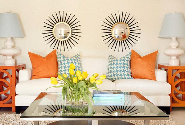 Оранжевые и бирюзовые акценты в светлой гостиной