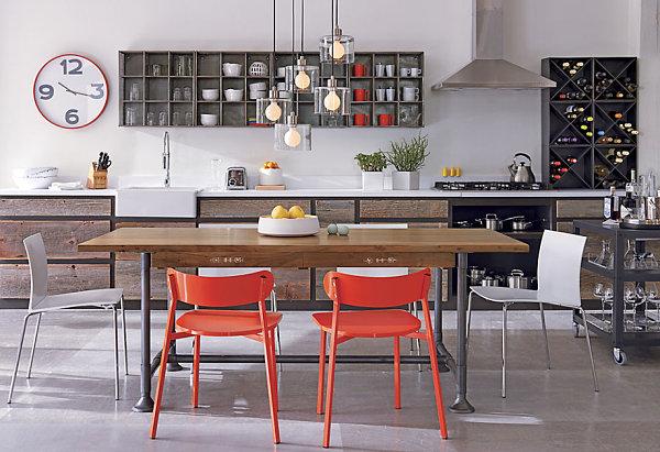Яркие оранжевые стулья в столовой