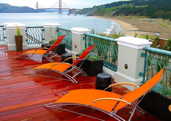 Оранжевые лежаки на террасе
