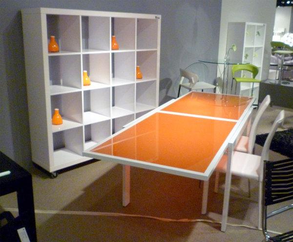 Оранжевый стеклянный обеденный стол