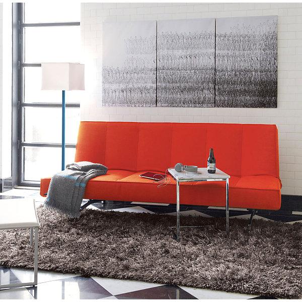 Яркий оранжевый диван в белой комнате