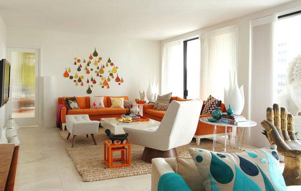 Интерьер гостиной с оранжевыми и бирюзовыми акцентами