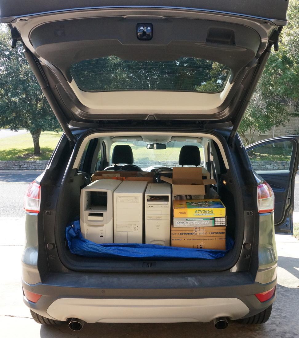 Электротовары в багажнике машины