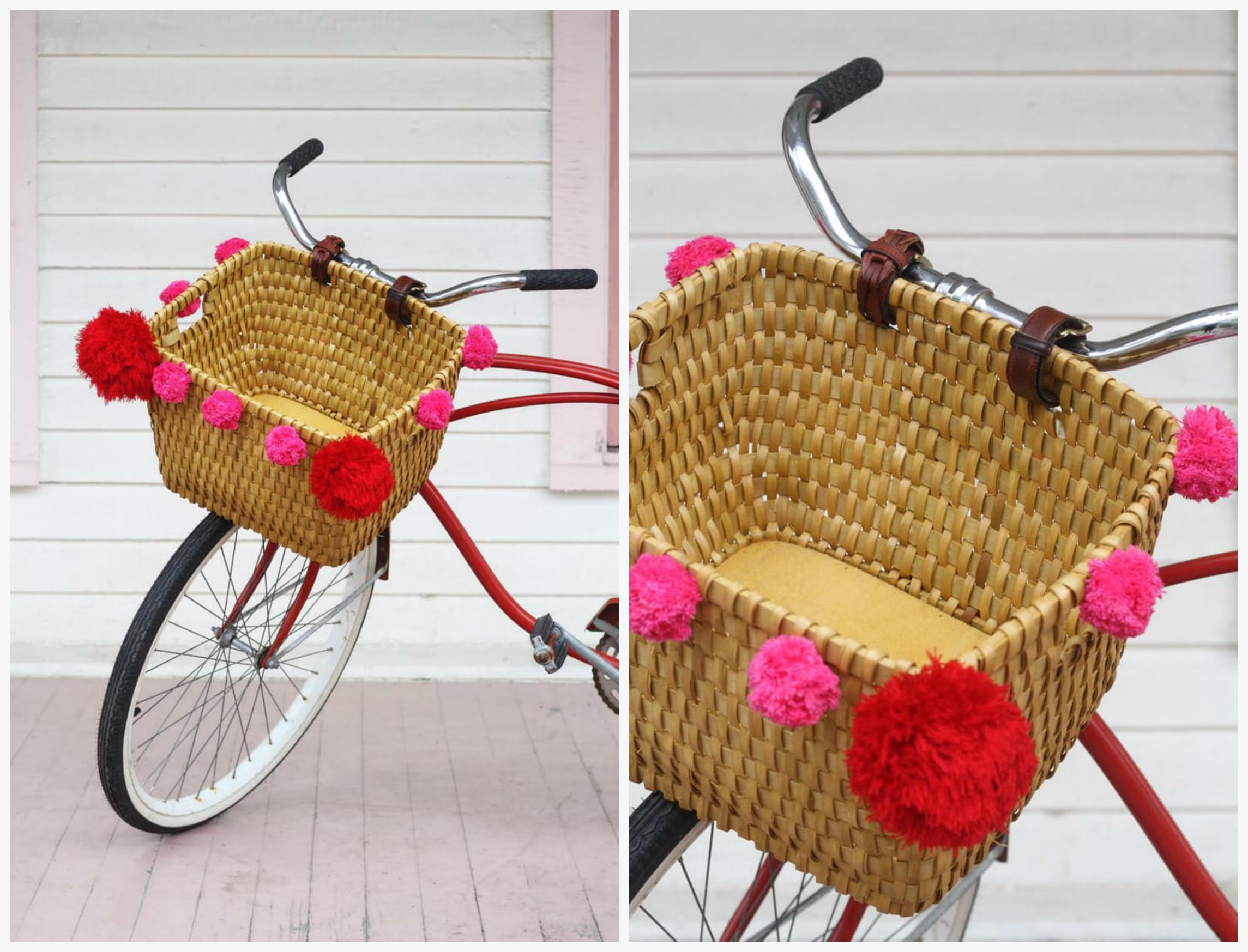 Корзина для велосипеда с яркими помпонами
