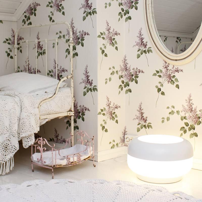 Оригинальное освещение в интерьере напольной лампой круглой формы