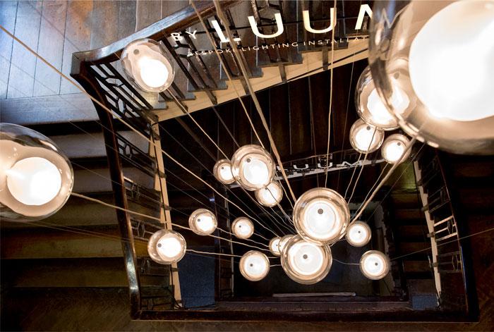 Оригинальное освещение в интерьере: светильник со стеклянными абажурами - Фото 2