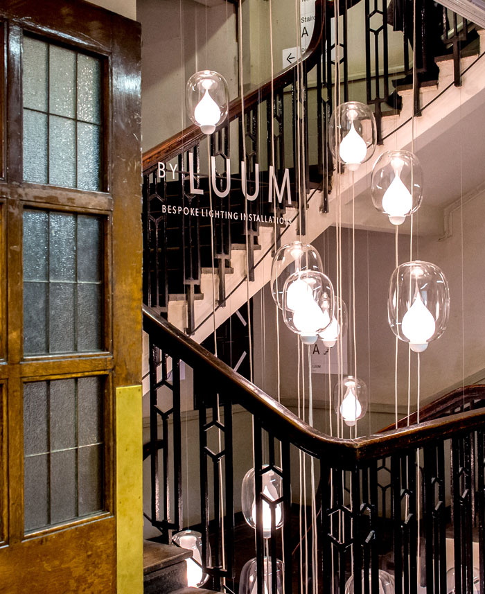 Оригинальное освещение в интерьере: светильник со стеклянными абажурами - Фото 3