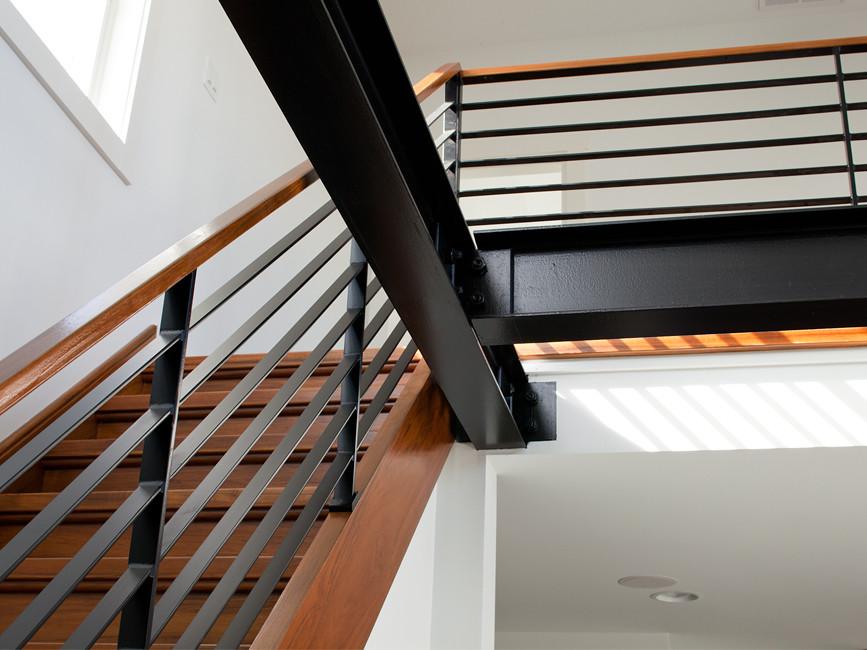 Оригинальный дизайн интерьера: металлические перила лестницы