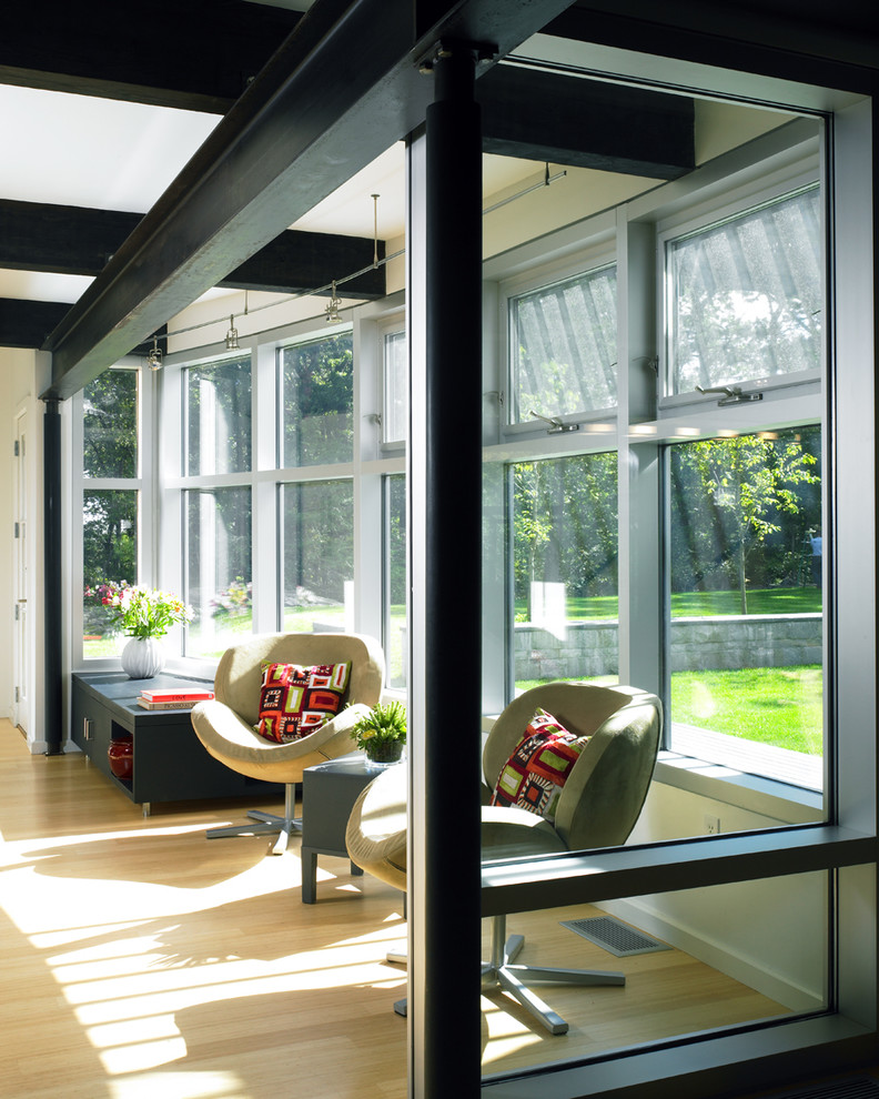 Оригинальный дизайн интерьера: чёрные деревянные и металлические балки