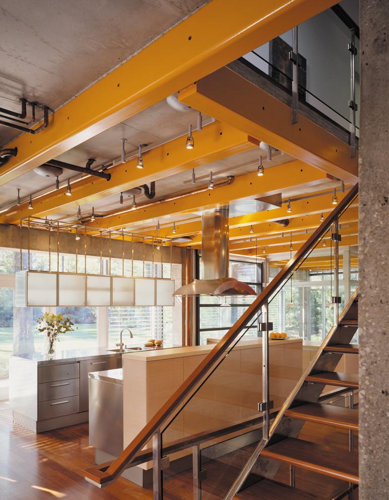 Оригинальный дизайн интерьера: металлические потолочные балки