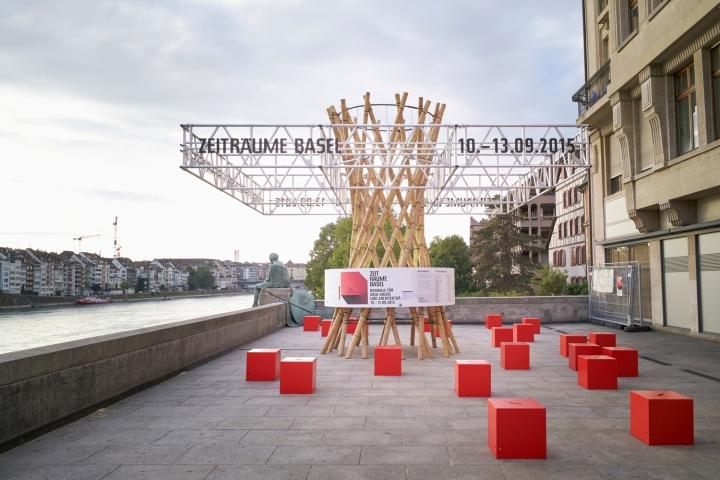 Оригинальный временный павильон на набережной  для биеннале в Швейцарии