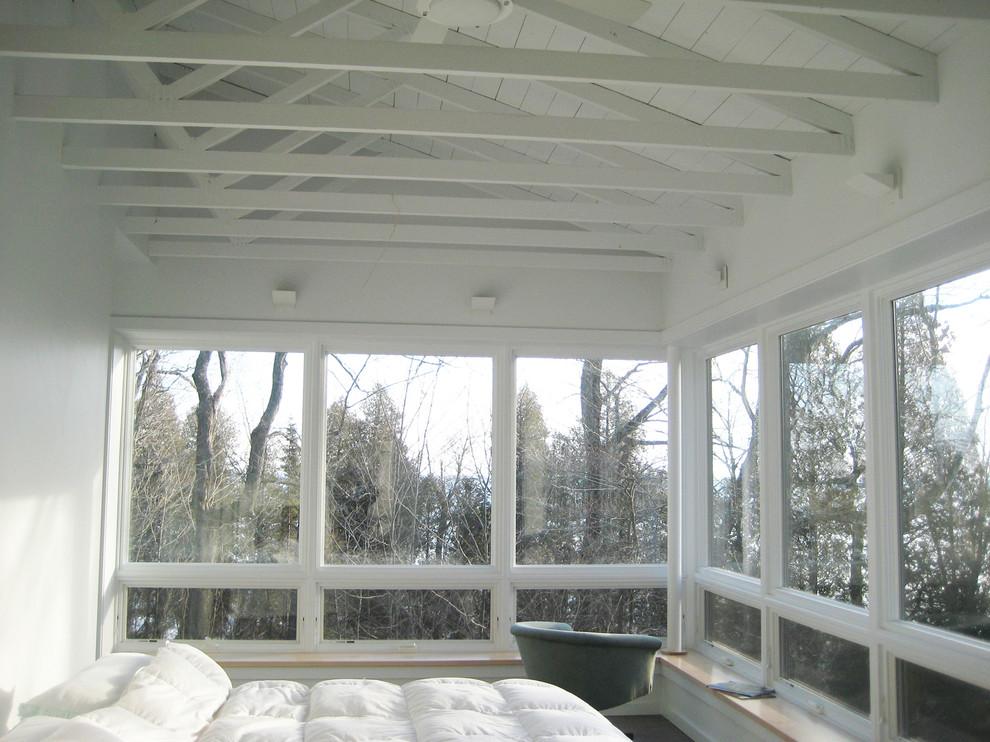 Белый деревянный потолок с балками в интерьере спальни