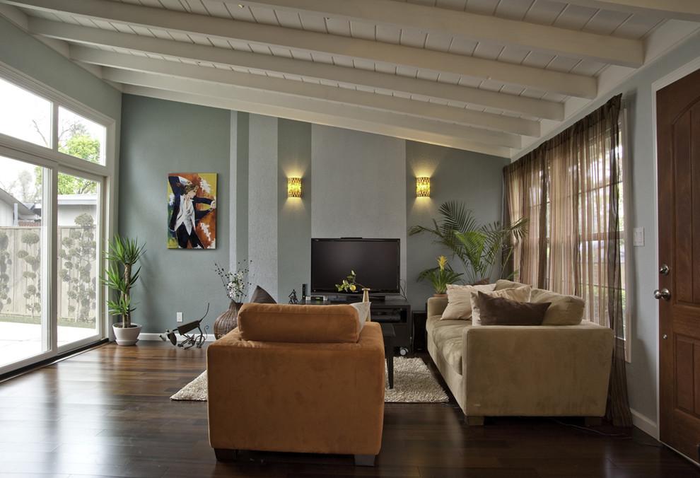 Оформление скатного типа крыши потолочными балками в интерьере гостиной