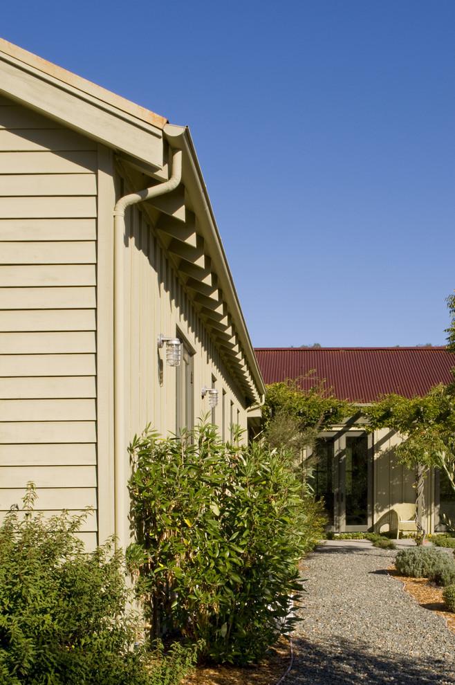 Экстерьер дома с деревянными стропилами на крыше