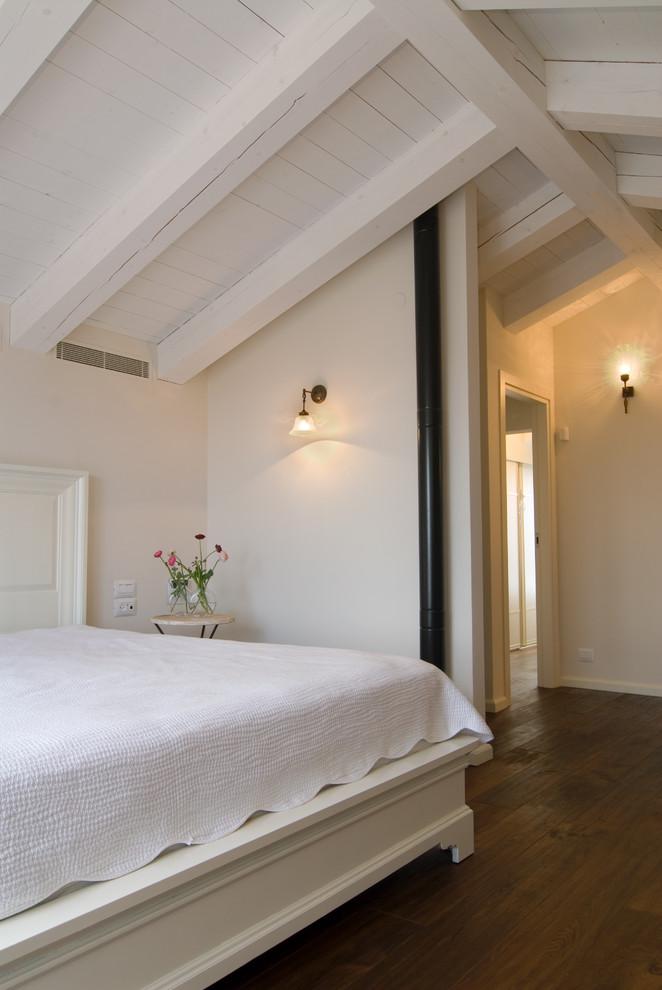 Интерьер белой спальни в стиле рустик