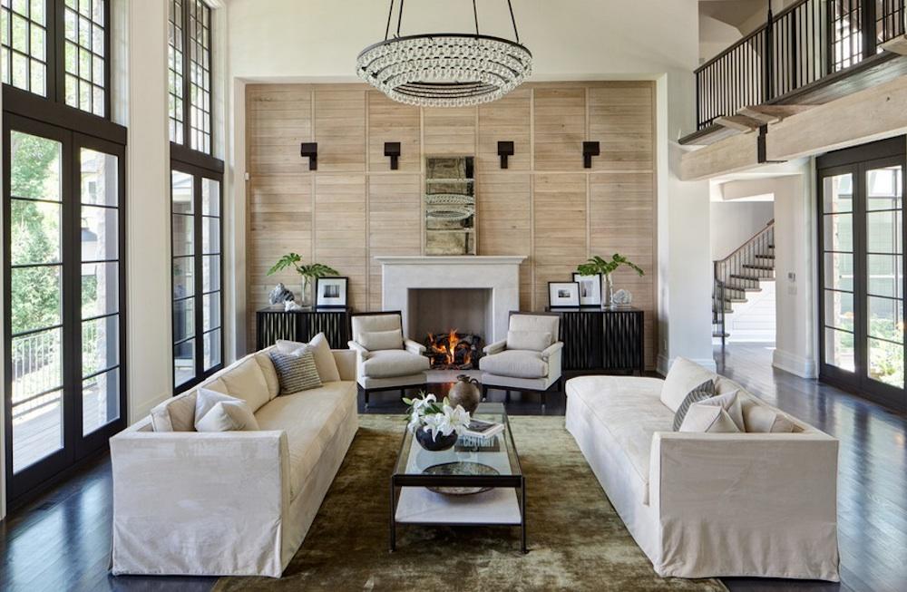 Гостиная комната с красивым камином
