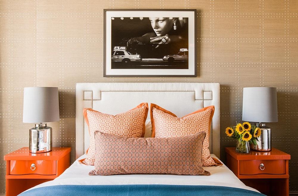 Спальная комната с удивительной кроватью и элементами декора